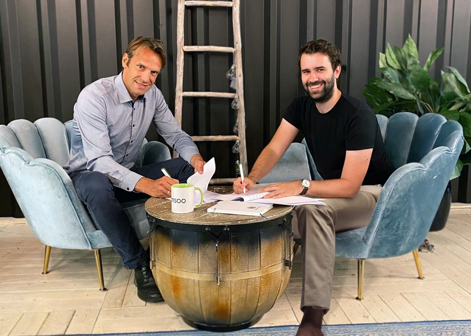 Oke Hansen,  Geschäftsführer der VR Projektverwaltung, und Andreas Kitzing, unterschreiben im Sommer 2020 den Investmentvertrag.